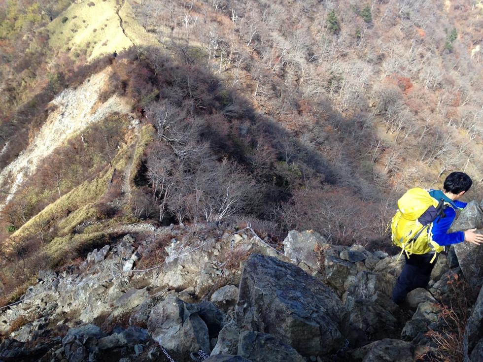 丹沢山から蛭ヶ岳の縦走中の岩場