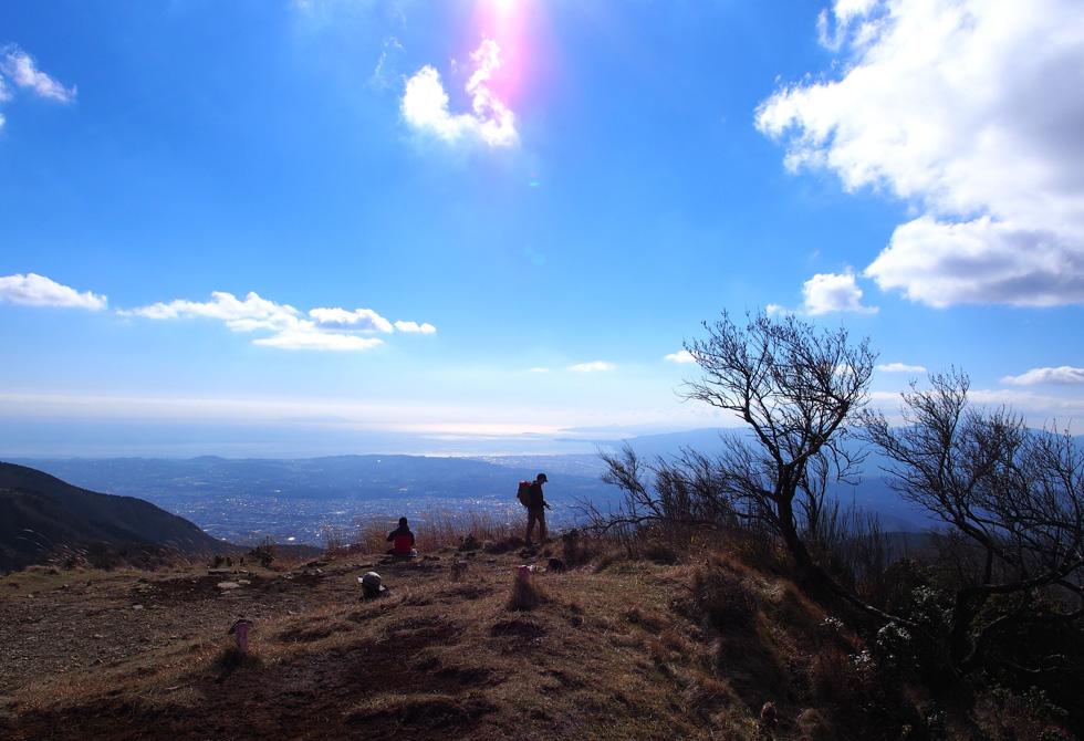 塔ノ岳ヤビツ峠から湘南を見る