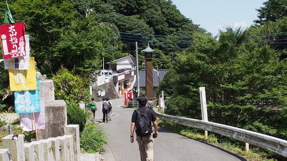 大山ケーブルカー駅からバス停へ向かう