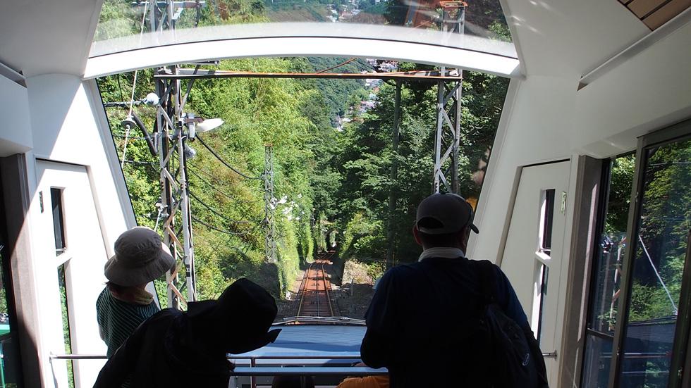 大山ケーブルーカーの中から窓が大きい