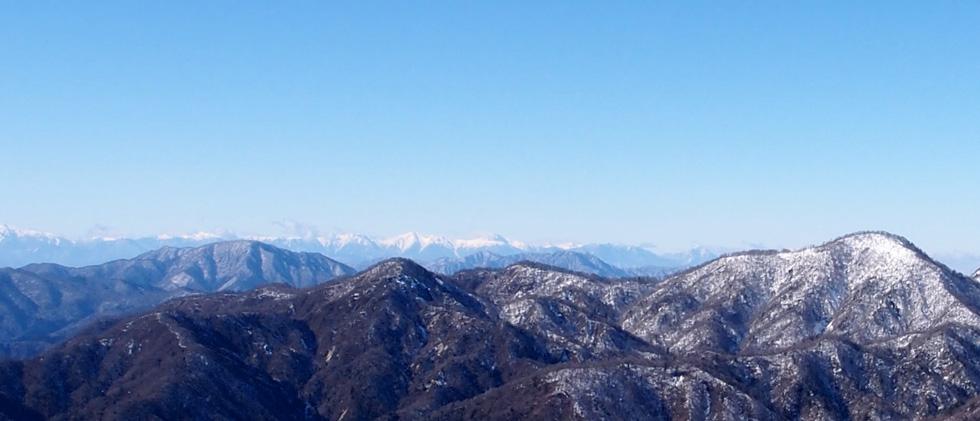 雪の塔ノ岳山頂から見る南アルプス方面