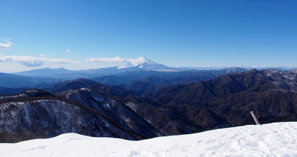 雪の塔ノ岳山頂から見る富士山