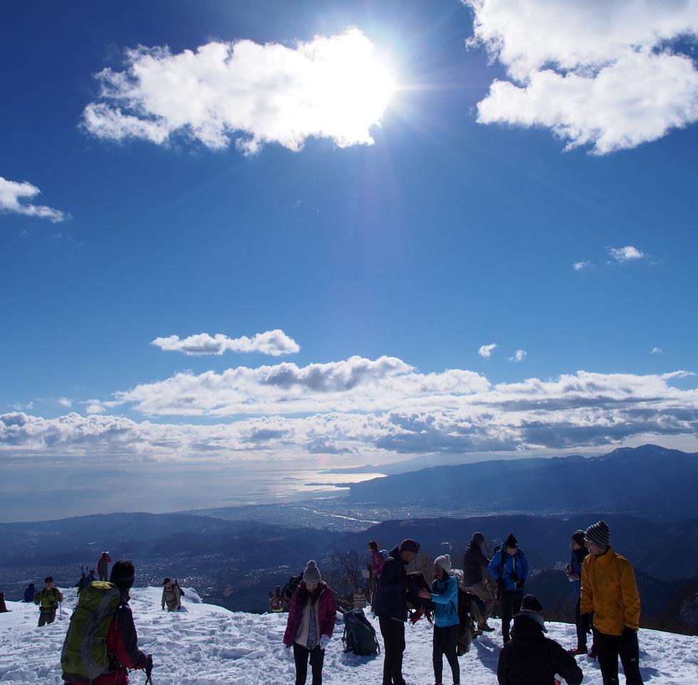 雪の塔ノ岳山頂から見る相模湾