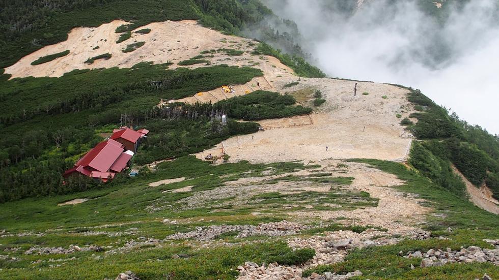 常念岳から見る常念小屋