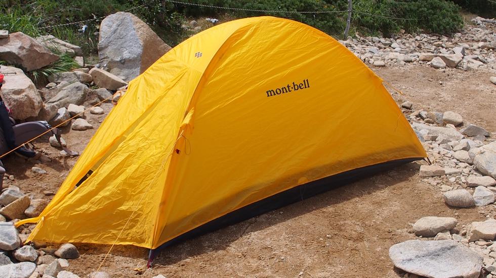 常念小屋テント場でモンベルのテントを広げる
