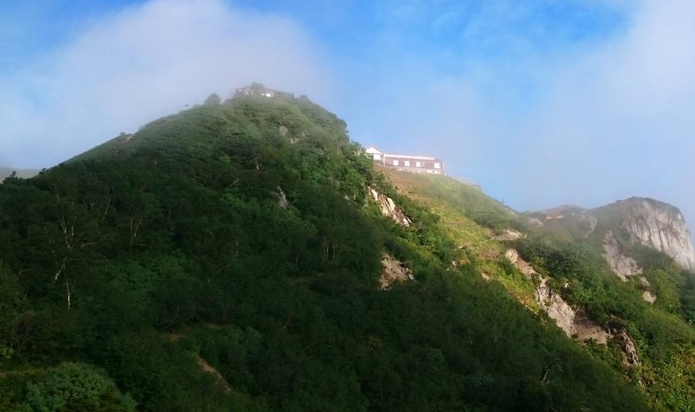 山頂に見える燕山荘