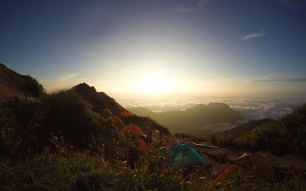 燕山荘の早朝のテント場