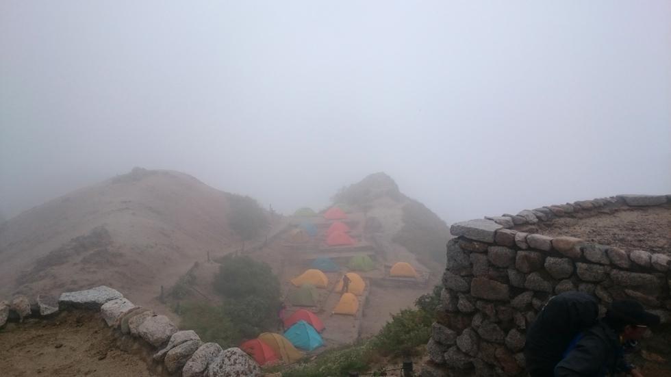 燕山荘から見るテント場