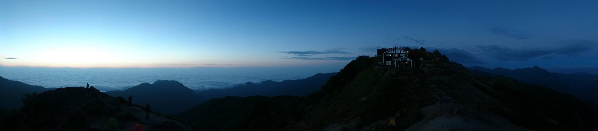 早朝の燕山荘