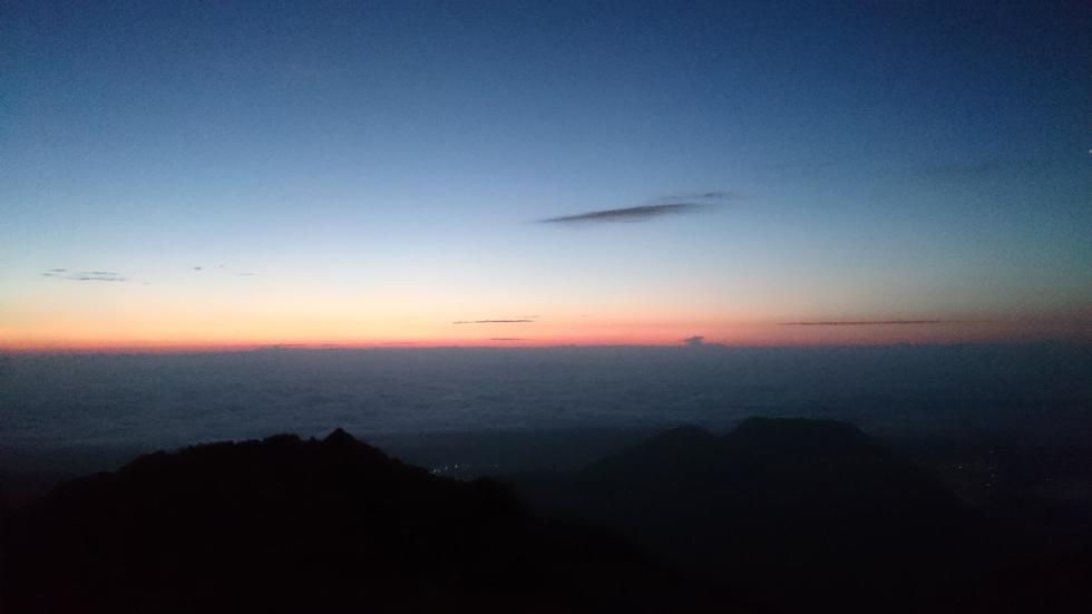 燕山荘テント場から見る日の出前の風景