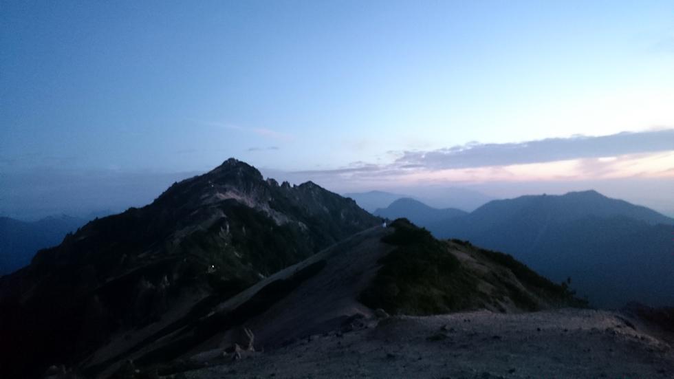 燕山荘テント場から早朝の燕岳