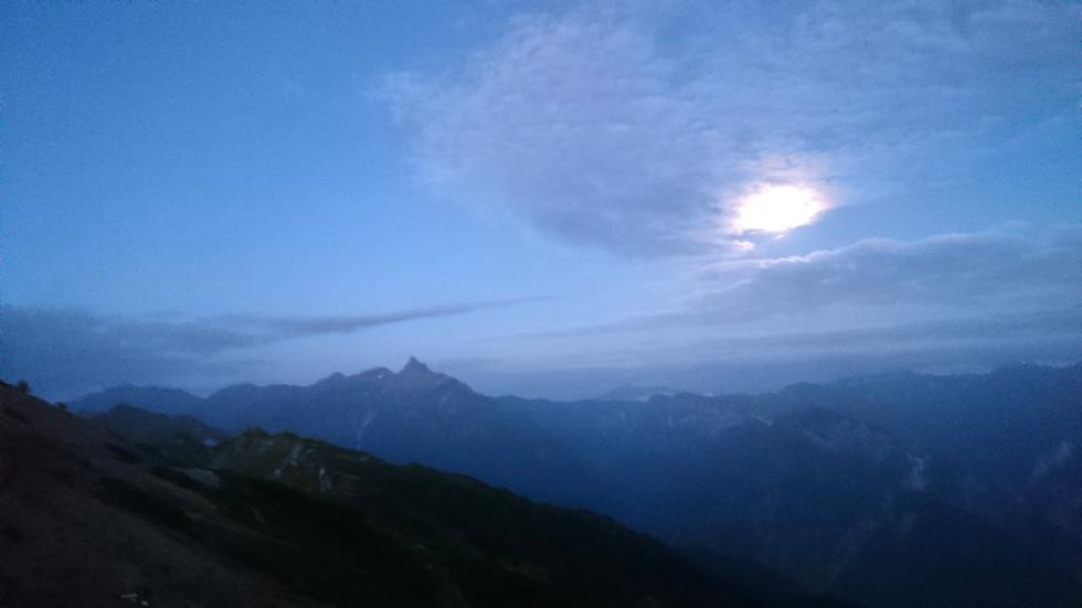 燕山荘テント場から早朝の槍ヶ岳