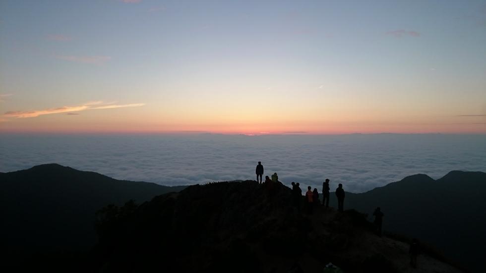 燕山荘テント場から見る日の出直前