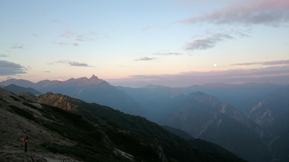 燕山荘テント場から見る朝日に染まる槍ヶ岳