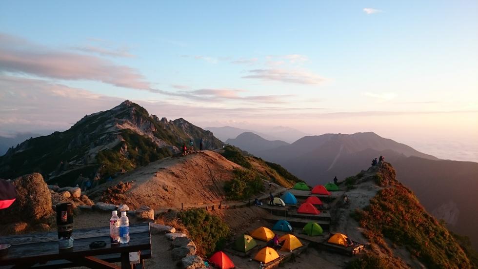 朝日で赤く染まる燕山荘テント場