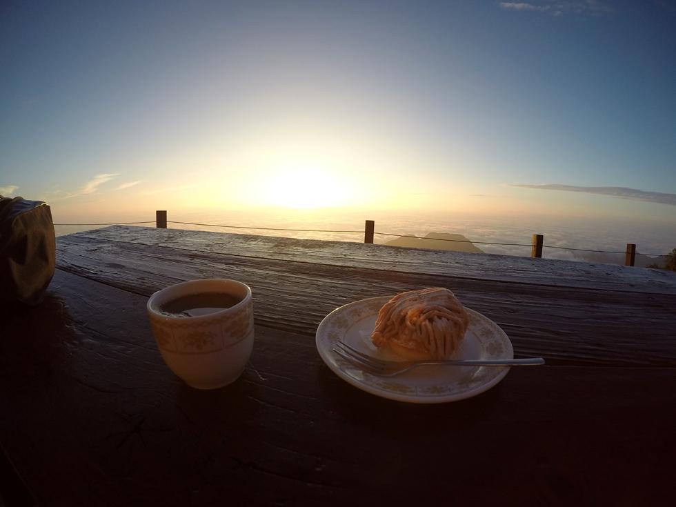 燕山荘のサンテラスで食べるモンブランとコーヒーのセット