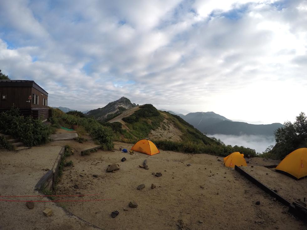 燕山荘テント場の奥側