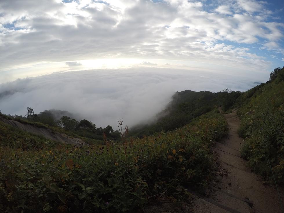 燕山荘から下山を開始する