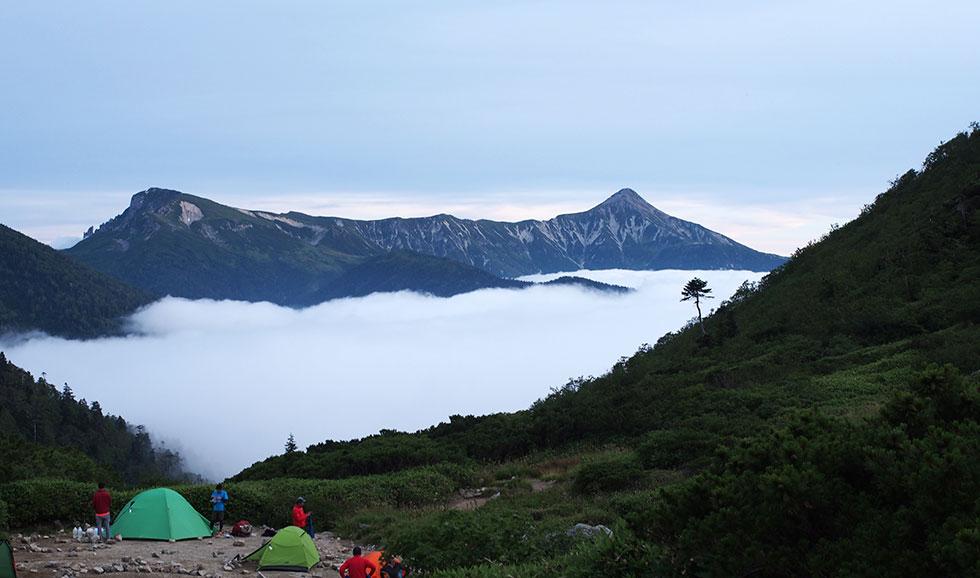 黒部五郎岳小舎テント場から見た雲海と笠ヶ岳