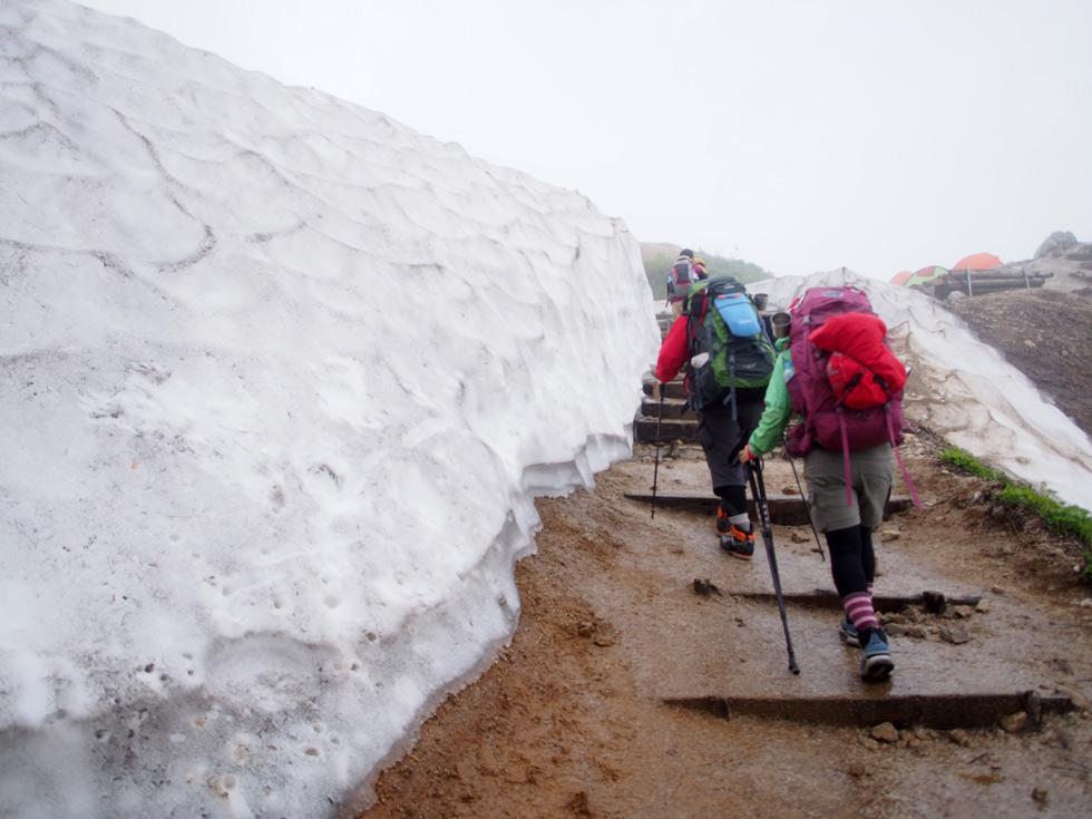 燕山荘 雪が残っていた