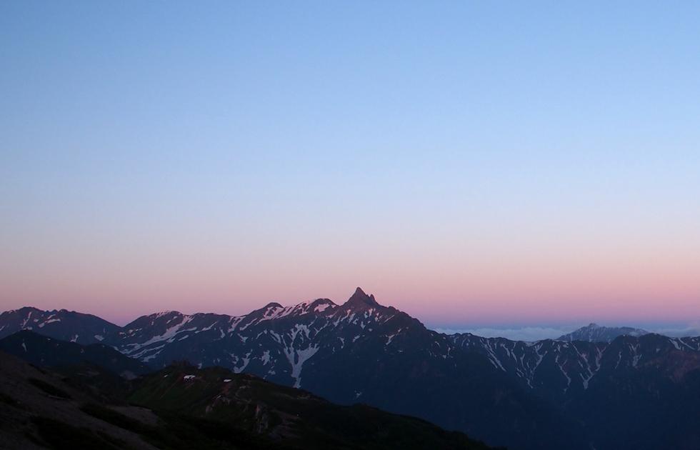 日の出に染まる槍ヶ岳