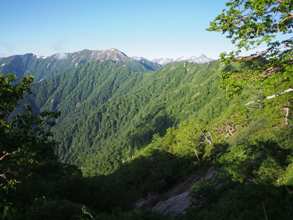 燕岳からの下山道から表銀座を見る