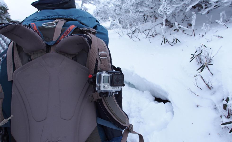 雪上のGoProビデオカメラ