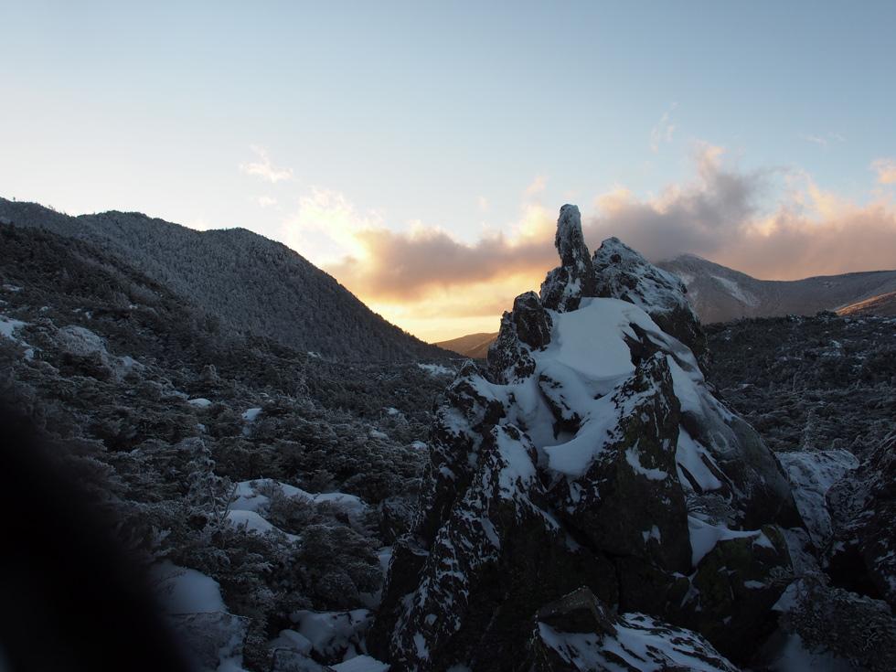 大岳の下りはかなり大きな岩が乱立します