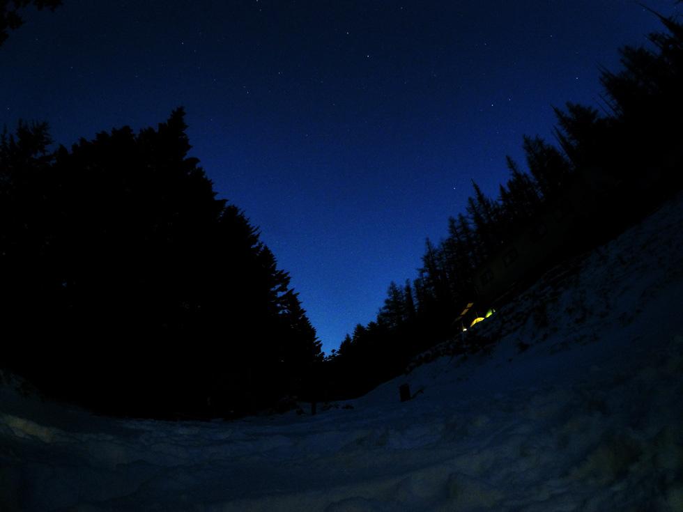 双子池ヒュッテ前で夜空を見る