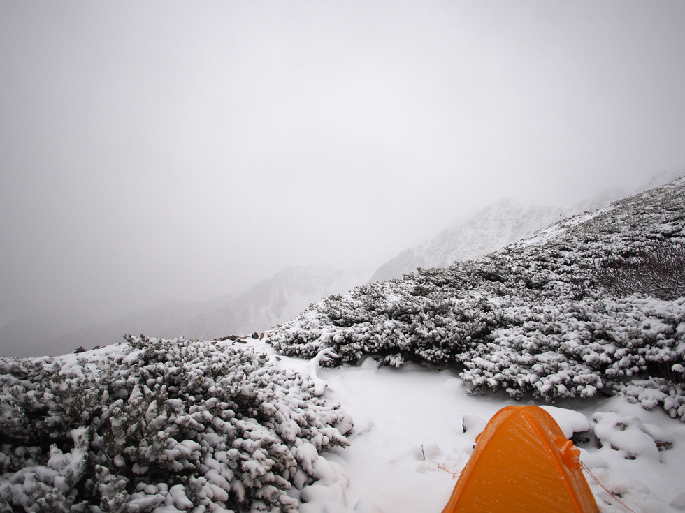 雪の北岳テント場