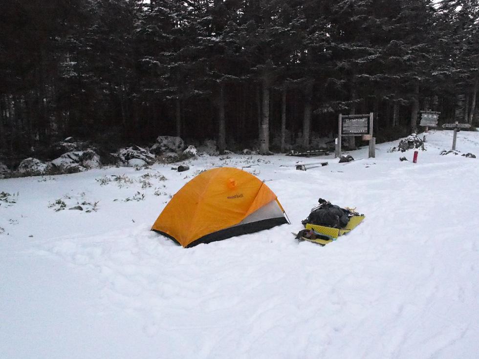 双子池ヒュッテでテントを張る