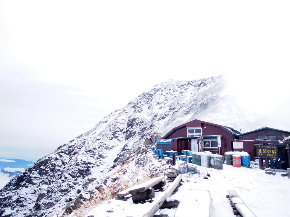 雪の北岳肩の小屋