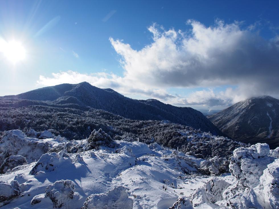 大岳から北横岳、蓼科山を見る