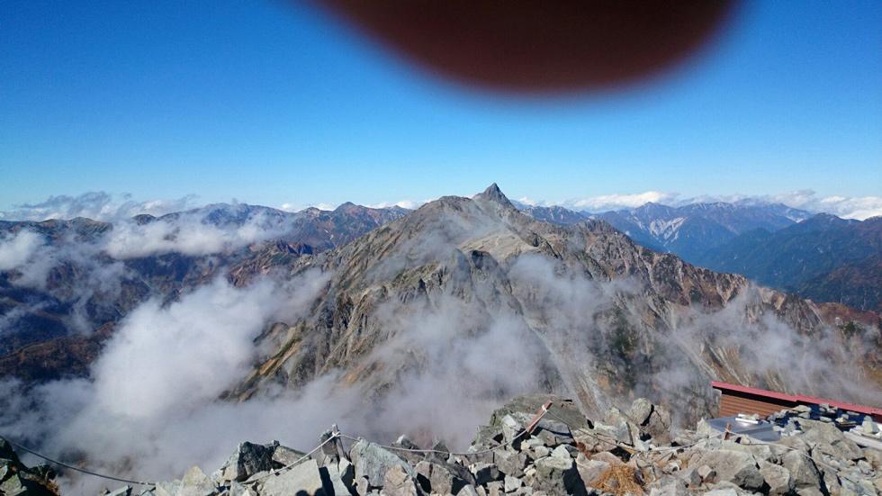 北穂高山頂から見る槍ヶ岳
