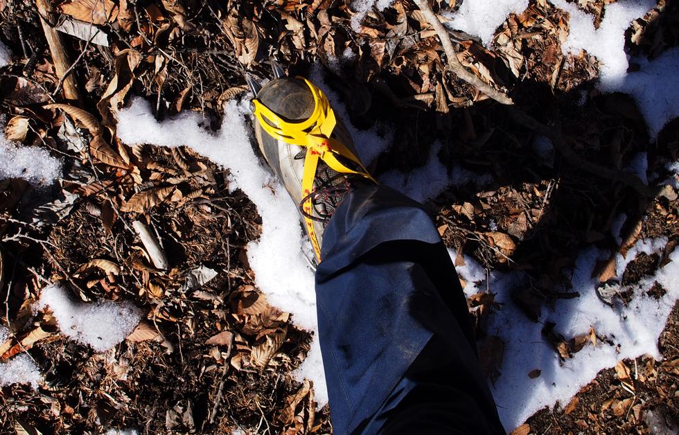 滝子山の雪道でアイゼンを履く