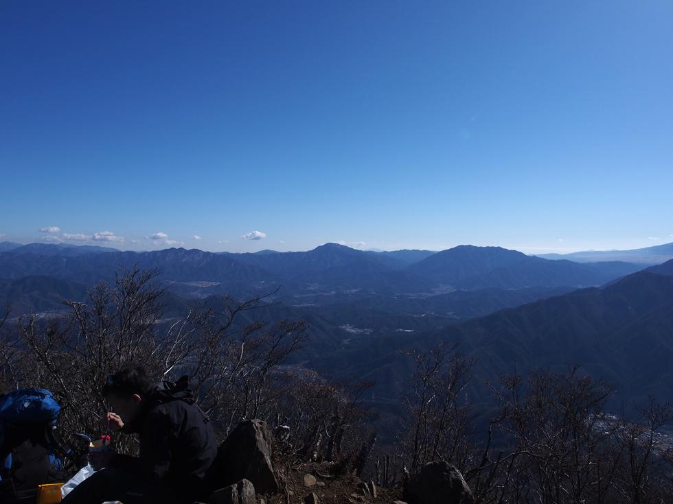 滝子山頂上から見る丹沢山塊