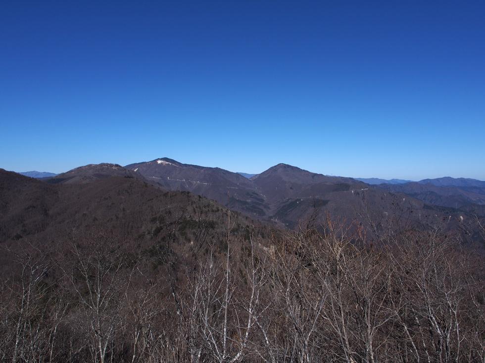 滝子山頂上から見る大菩薩嶺