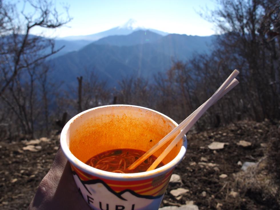 滝子山頂上で食べるカップラーメン