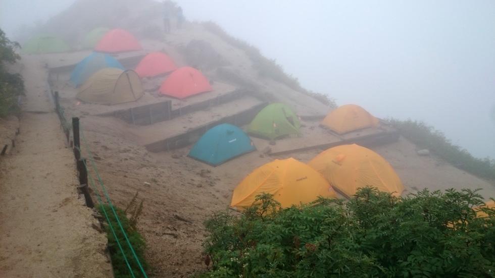 雨の日にテントを張る