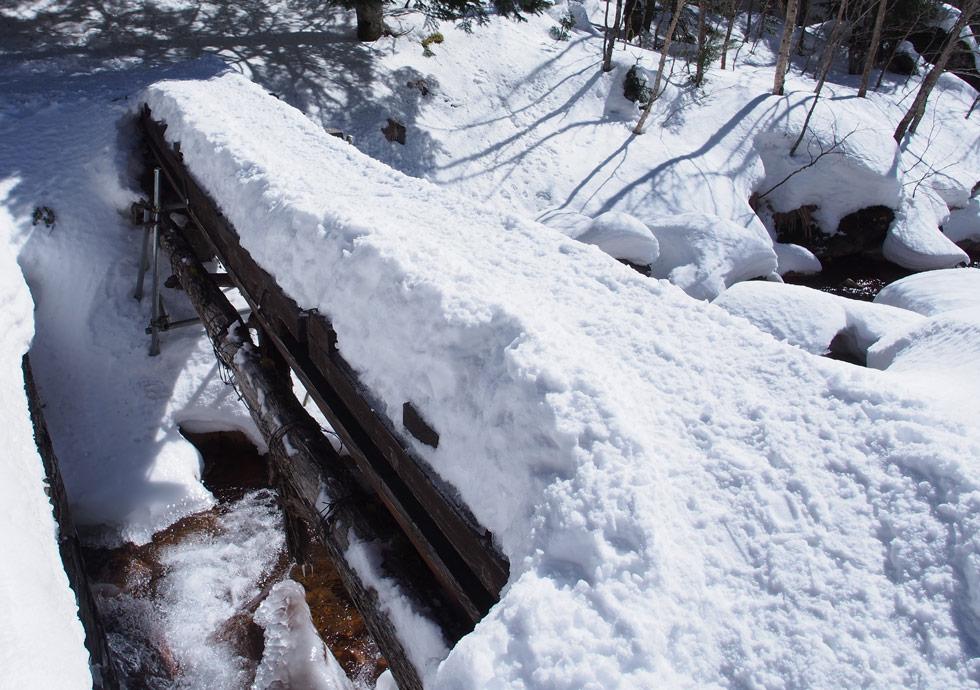 橋の上にはこんなに雪が