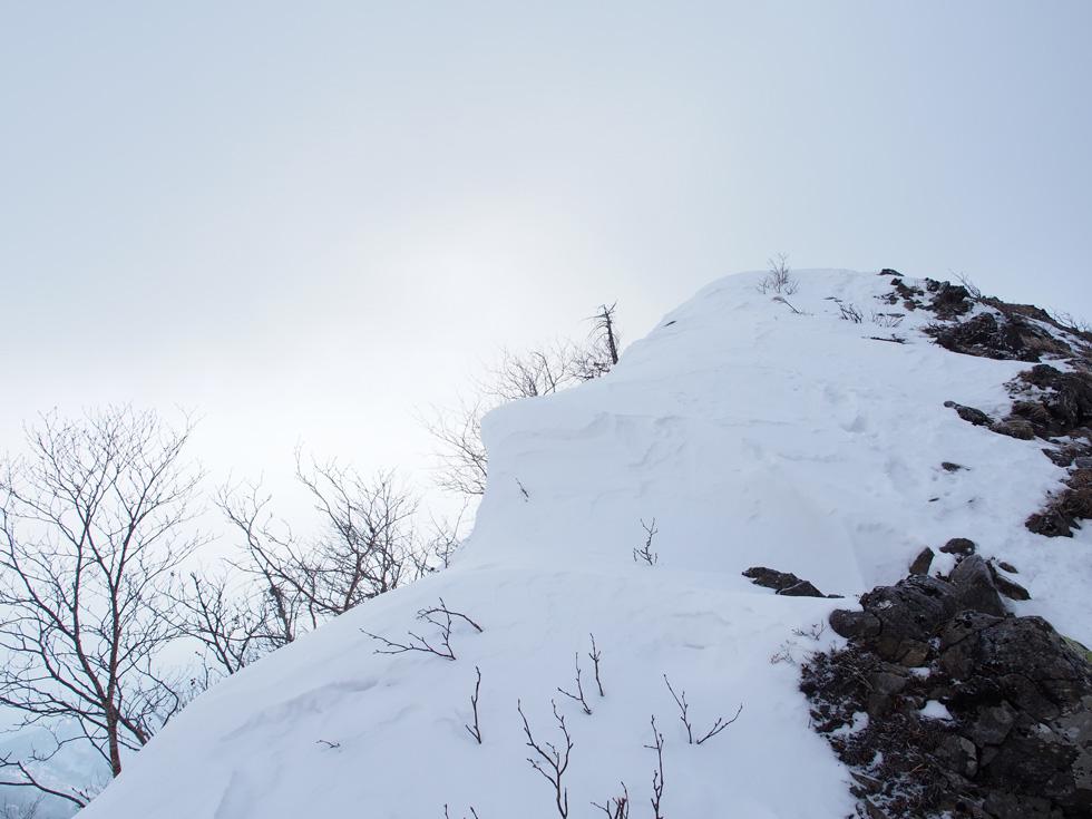 権現岳の稜線の雪庇