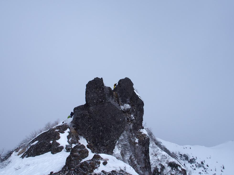 権現岳の頂上を横から見る