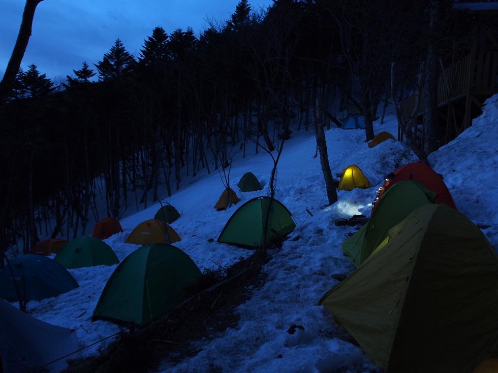 甲武信小屋の早朝のテント場