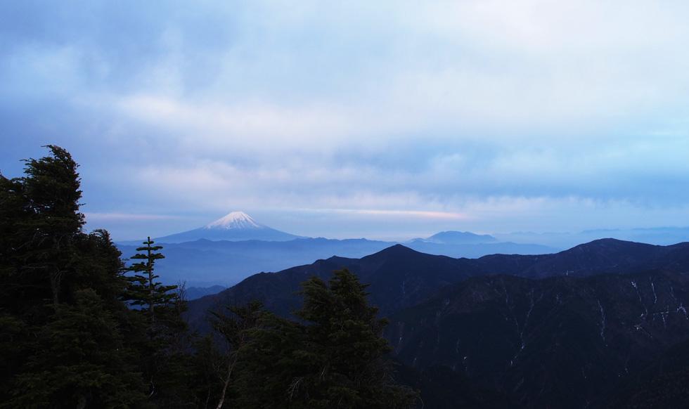 甲武信ヶ岳頂上から見る富士山