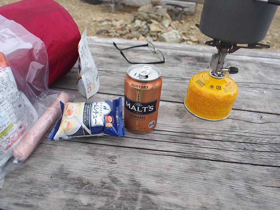 太郎平小屋の前でお昼を食べる