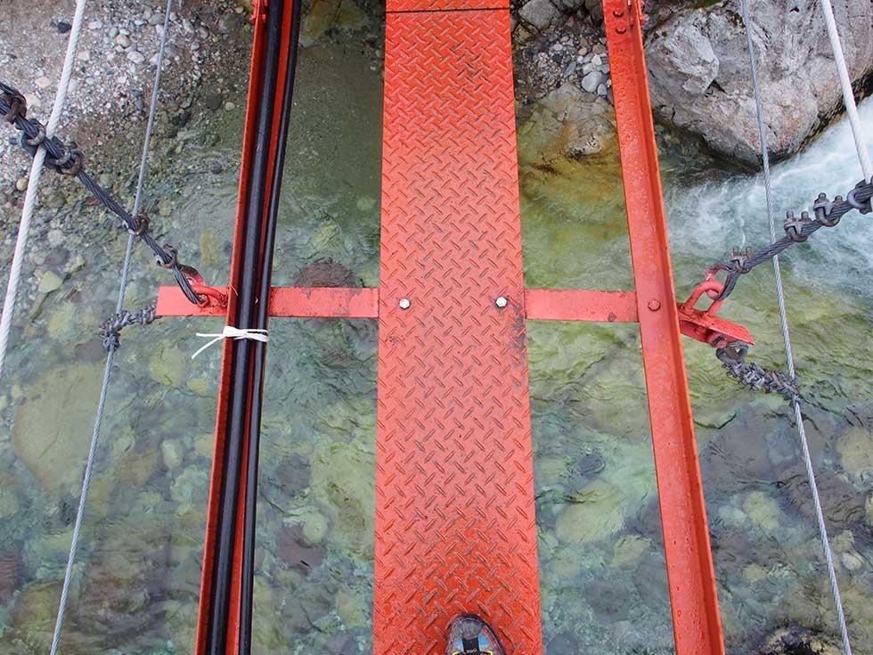 吊橋が細い