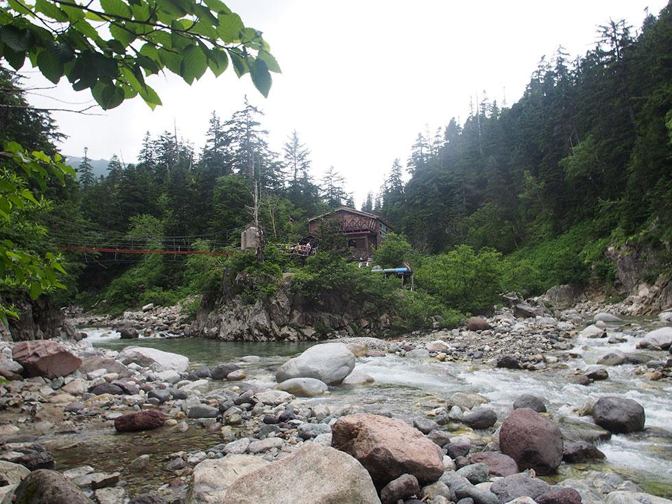薬師沢小屋と吊橋