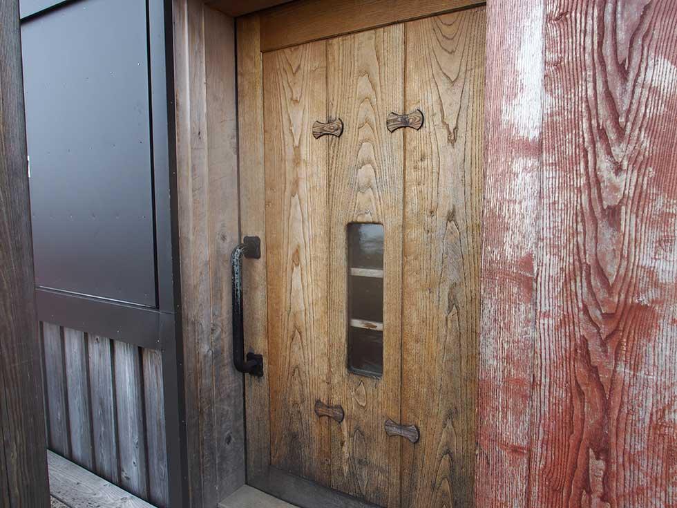 雲ノ平山荘の入口の扉