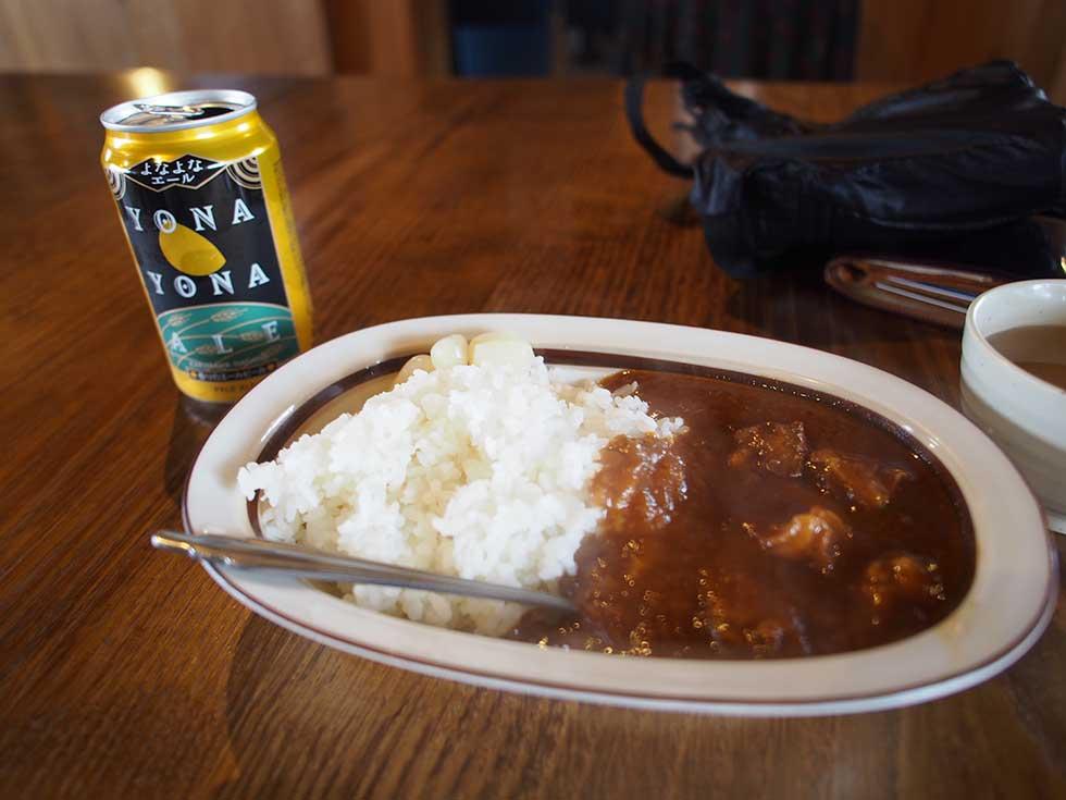 雲ノ平山荘でカレーとビールをいただく