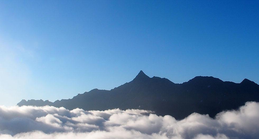 雲上に浮かぶ槍ヶ岳